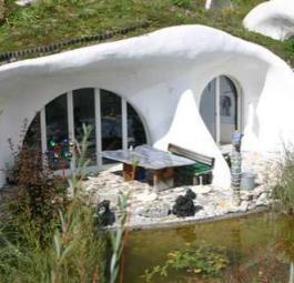 Естественное гармоничное жилье, похожее на хижины Хоббитов