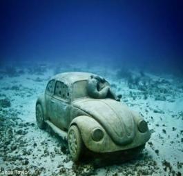 Фольксваген Жук стал еще одним арт-объектом для создания искусственного рифа